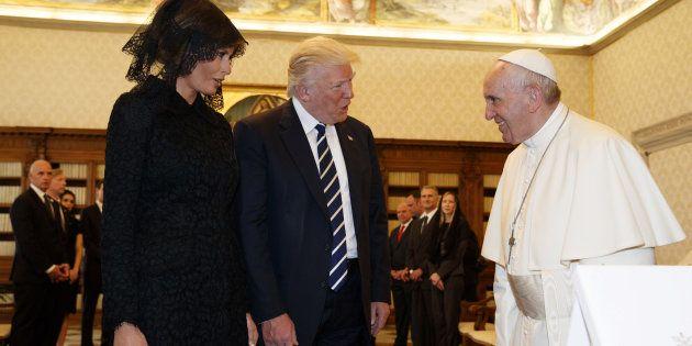 Donald Trump y se esposa Melania, durante el encuentro con el papa