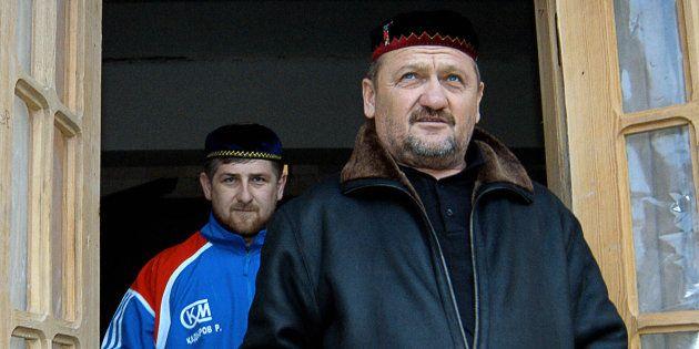 El expresidente checheno Akhmad Kadyrov, seguido por su hijo Ramzan, actual presidente de la