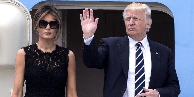 El presidente estadounidense, Donald Trump (d), y su mujer, Melania (i), saludan antes de subir a bordo...