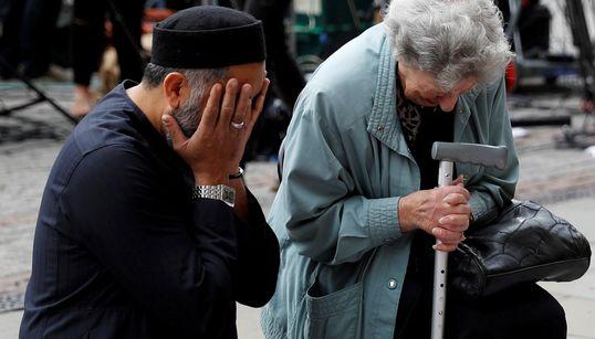 Unidos por el dolor: la emocionante imagen de una judía y un musulmán rindiendo tributo a las víctimas de