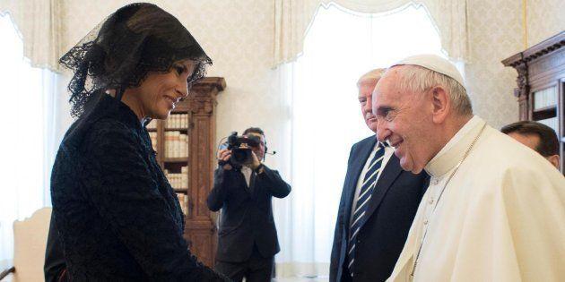 La primera dama de los Estados Unidos, Melania Trump (i), saluda al papa Francisco durante una audiencia...