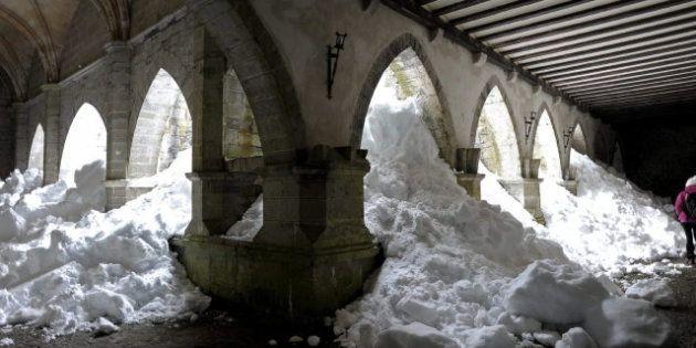 La Colegiata de Roncesvalles, repleta de nieve