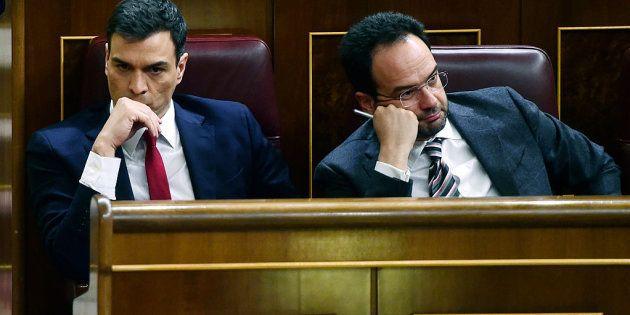 Pedro Sánchez pide a Hernando que siga en la dirección del grupo hasta el