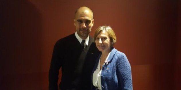 Guardiola se fotografía con Carme Forcadell para mostrarle su apoyo por la