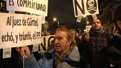 Centenares de personas protestan cerca de la sede del PP