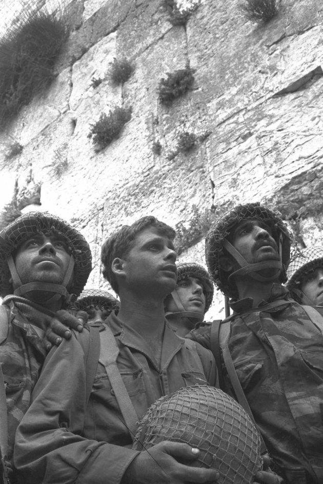Los soldados israelíes Zion Karasenti, Yitzhak Yifat, y Haim Oshri, ante el Muro de las Lamentaciones,...