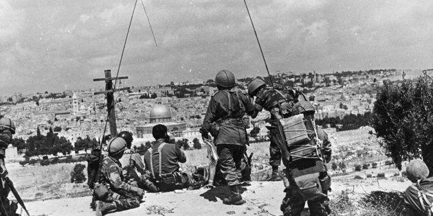 El comandante israelí Motta Gur y su brigada observan la Ciudad Vieja de Jerusalén desde el mirador del...