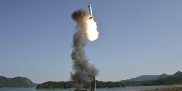 Corea del Norte lanza un misil balístico sobre territorio
