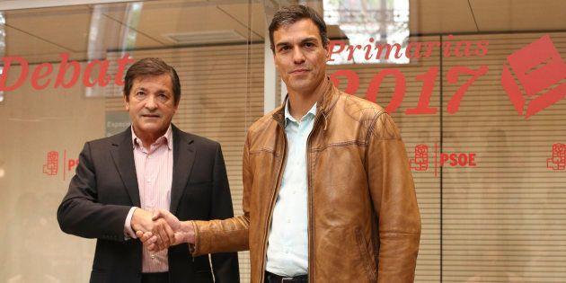 Pedro Sánchez y Javier Fernández antes del debate de las