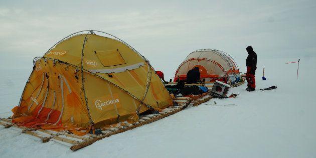 El Trineo de Viento frente a las grietas en el glaciar interior de