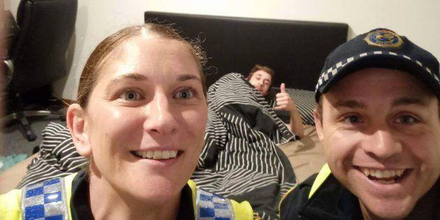 El joven, ya en la cama, y los policías que lo ayudaron, en el sorprendente