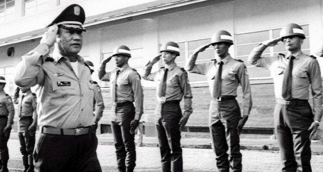Foto de archivo de Noriega mientras saluda a las tropas en Panamá en