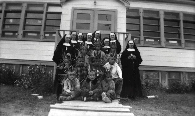 Hermanas de los Sagrados Corazones de Ottawa, con niños indígenas de la residencia de Pukatawagan (Manitoba),...