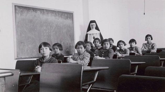Chicas indígenas de la residencia-escuela Cross Lake de Manitoba, hacia