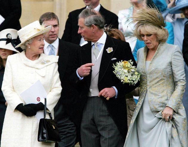 .Carlos y Camila en el día de su boda, junto a la reina