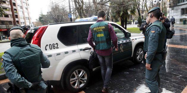 Agentes de la Unidad Central Operativa (UCO) de la Guardia Civil, registrando la sede del sindicato UGT...