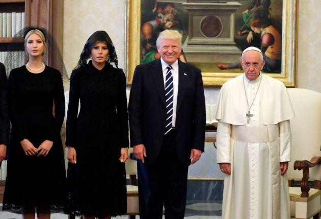 La cara con la que sale el papa en una foto junto a Trudeau genera todo tipo de