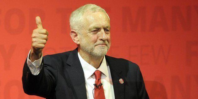El líder laborista británico, Jeremy Corbyn, durante un mitin de campaña antes de las elecciones que...