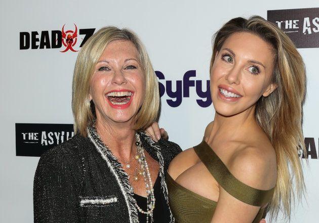 Olivia Newton-John y su hija Chloe Rose Lattanzi en un estreno en Los Angeles, California (EEUU) en abril...