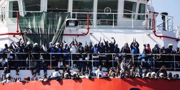 Un grupo de migrantes saludan a bordo del barco humanitario 'Vos Prudence' de Médicos Sin Fronteras a...