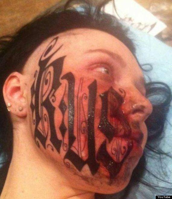 Tatuajes raros: tras 24 horas de flechazo se tatúa su nombre en la cara