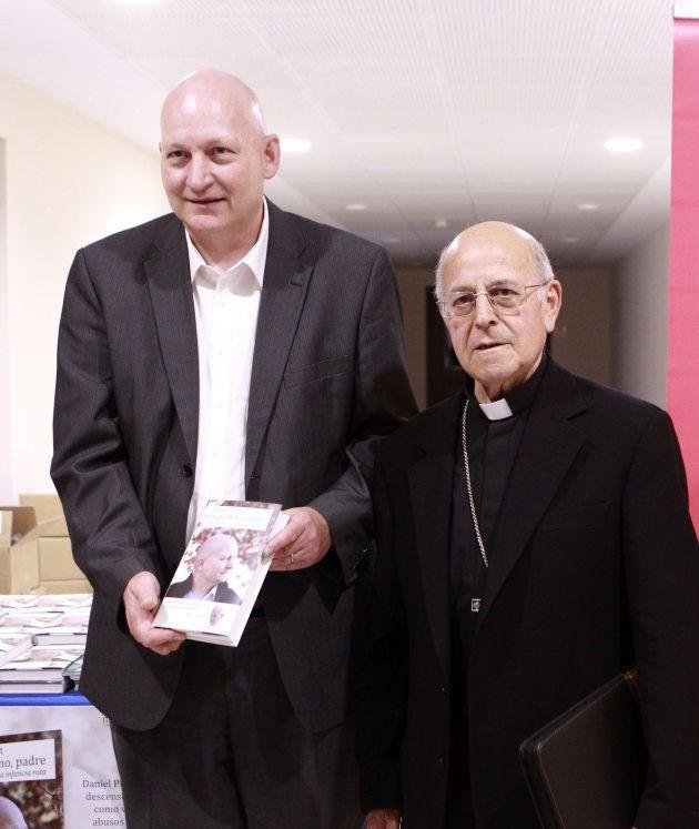 Daniel Pittet, autor del libro, junto al presidente de la Conferencia Episcopal, Ricardo