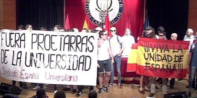 Imagen de la protesta del grupo falangista en la Universidad Carlos