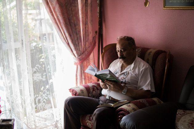 Hisham recita unos versos del Corán en su versión en español. Para él, lo más duro del Ramadán es
