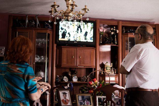 La pareja dice que sintoniza unos mil canales en televisión, entre ellos los que retransmiten los cinco...