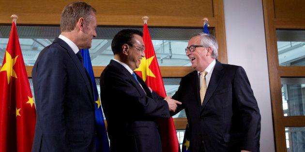 Li Keqiang -centro- con Jean-Claude Juncker y Donald Tusk en