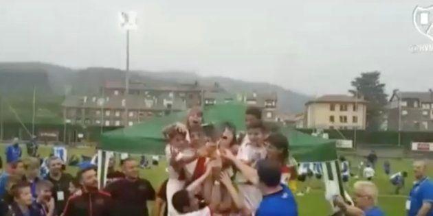 Esto sí que es deportividad: estos niños pierden y cantan el himno de los