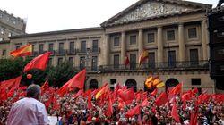 Miles de personas se manifiestan en Pamplona en defensa de bandera de