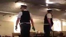 El angustioso momento en el que la policía desaloja un bar en Londres tras el doble