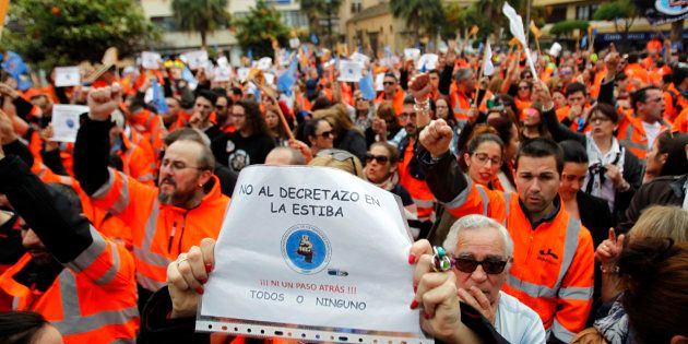 Unas 3.000 personas participan en una concentración en la Plaza Alta de Algeciras (Cádiz) en apoyo a...