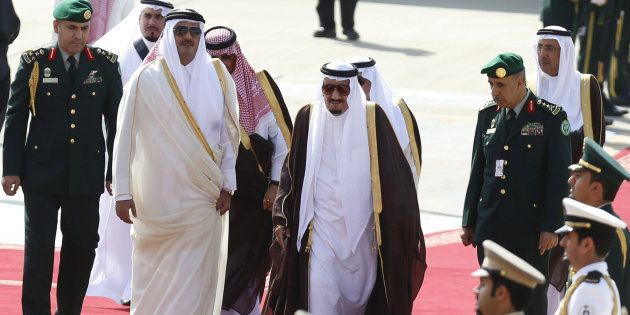 El Rey saudí Salman bin Abdulaziz con el emir de Qatar Tamim bin Hamad al-Thani, en el año