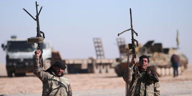 Miembros de las Fuerzas de Siria Democrática muestran sus armas en el norte de