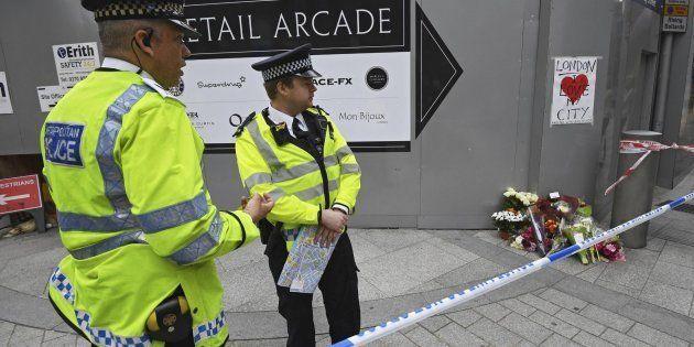 Agentes de la Policía británica permanecen en guardia en la zona del puente de Londres y el mercado de