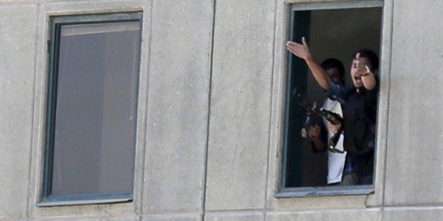 Policías iraníes dan instrucciones a sus compañeros desde el interior del Parlamento del