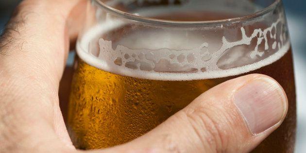 El consumo moderado de alcohol también daña el