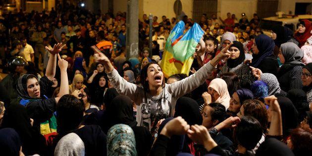 Una joven grita, el pasado 3 de junio, durante una de las manifestaciones nocturnas en Alhucemas (norte...