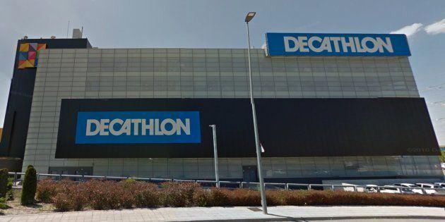 Decathlon pide perdón y rectifica un cartel en el que no aparecía el