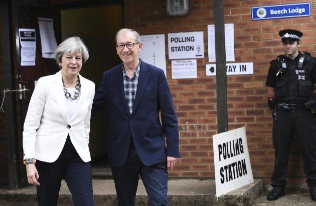 La conservadora Theresa May, actual primera ministra, y su marido, Philip May, antes de votar esta