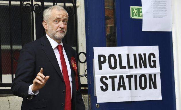 El laborista Jeremy Corbyn, a su llegada a su colegio