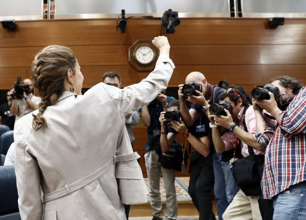 Cifuentes salva la moción de censura de Podemos tras un bronquísimo