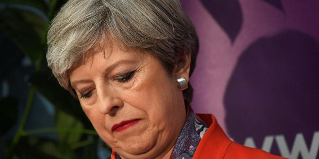 Theresa May, líder conservadora y actual primera ministra, cariacontecida mientras espera los resultados...