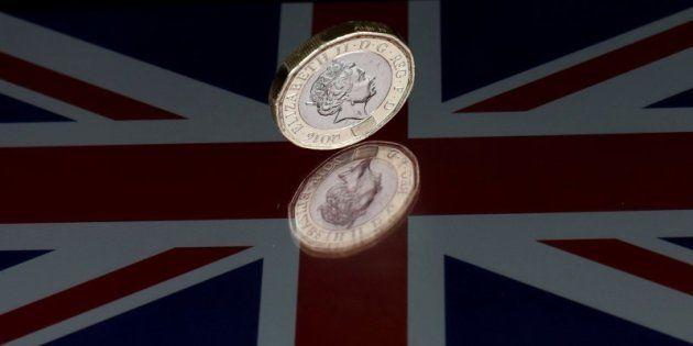 La libra cae el 1,2% frente al euro tras el sondeo a pie de urna en Reino