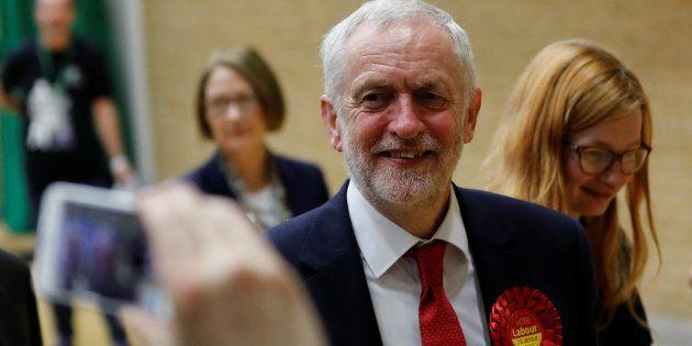 Jeremy Corbyn, líder laborista, aguardando el recuento en el centro de
