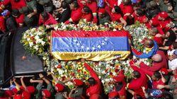 Una multitud arropa al féretro de Chávez, trasladado a su capilla