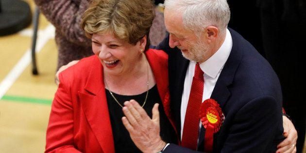 Corbyn protagoniza el peor 'choca esos cinco' de la