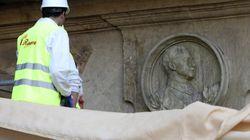 Salamanca retira el medallón de Franco de la Plaza Mayor 80 años